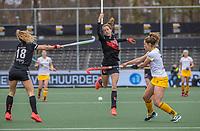 AMSTELVEEN - Felice Albers (Adam) met Pien Sanders (DenBosch) tijdens de halve finale wedstrijd dames EURO HOCKEY LEAGUE (EHL),  Amsterdam-HC Den Bosch. (1-1) Den Bosch wint shoot outs en plaats zich voor de finale.  COPYRIGHT  KOEN SUYK