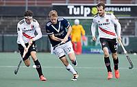 AMSTELVEEN -  Dennis Warmerdam (Pinoke) met Johannes Mooij (Amsterdam)  en Nicki Leijs (Amsterdam)     hoofdklasse hockeywedstrijd mannen,  AMSTERDAM-PINOKE (1-3) , die vanwege het heersende coronavirus zonder toeschouwers werd gespeeld. COPYRIGHT KOEN SUYK