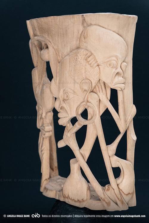 Artesanato de Angola. Esculturas em madeira.