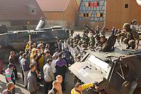 16 OCT 2001, BERLIN/GERMANY:<br /> Bundeswehrsoldaten und Transportpanzer vom Typ FUCHS, waehrend der Ausbildung des KFOR-Einsatzverbandes, hier waehrend einem sehr realistischen Uebungsszenario einer gewalttaetigen Demonstration im Ort Bonnland, Infanterieschule des Heeres, Hammelburg<br /> IMAGE: 20011016-01-013<br /> KEYWORDS: Bundeswehr, Armee, Soldat, soldier, Demo, Demonstration