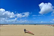 Nederland, the Netherlands, Scheveningen, 19-5-2015Een windsurfer loopt met zijn surfplank over het strand naar de zee om te gaan surfen.FOTO: FLIP FRANSSEN/ HOLLANDSE HOOGTE