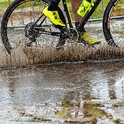 04-10-2020: Wielrennen: Geopark Classic: Gasselte<br /> Op spattend water