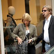 NLD/Laren/20060902 - Bert van der Veer en partner Erna wandelend in Laren