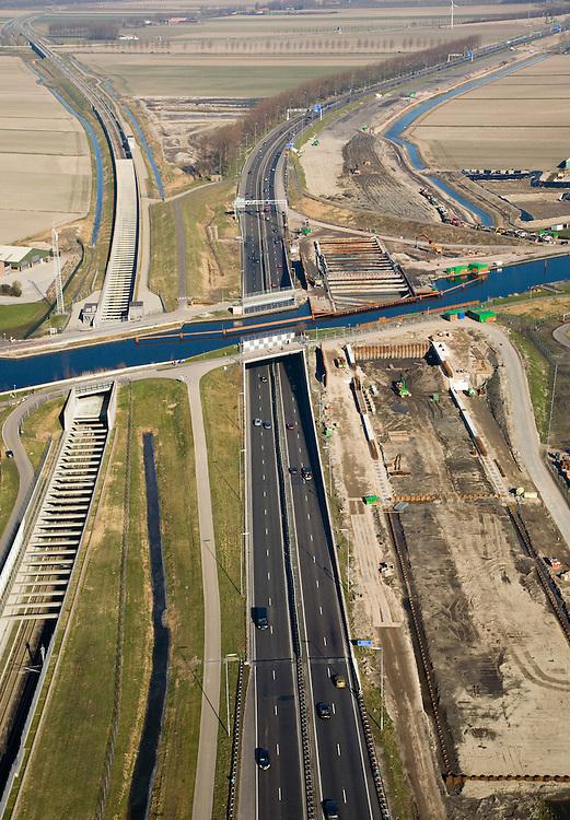 Nederland, Zuid-Holland, Noord-Holland, 11-02-2008; Ringvaart Haarlemmermeer, Huigsloterdijk: aanleg nieuw aquaduct voor de te verbreden Rijksweg A4; dit nieuwe aqua-duct komt naast de bestaande aquaducten voor HSL (links) en A4 (midden); de infrastructuur bundel gezien in Noordelijke richting, HSL buigt af naar links (naar Hoofddorp, A4 richting luchthaven Schiphol; transport, infrastructuur, verkeer en vervoer, mobiliteit, hogesnelheidslijn, spoor, rail, HSL, TGV, planologie ruimtelijke ordening, landschap.  .luchtfoto (toeslag); aerial photo (additional fee required); .foto Siebe Swart / photo Siebe Swart