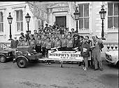 1978 - Dublin Firemen leave Mansion House pushing Firepump (L77)