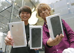 Verkaufsstart: Apples neue iPhone 7 Modelle sind ab heute in Tokio zu erwerben<br /> <br /> / 160916<br /> <br /> *** Shoppers enter a store of Apple Inc. in Tokyo's Omotesando district the day the iPhone 7 and iPhone 7 Plus went on sale in Japan; September 16th, 2016 ***