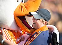 AMSTERDAM - Hockey -  coach Alyson Annan (Neth) voor de wedstrijd, krijgt een hug van Stockey . Interland tussen de vrouwen van Nederland en Groot-Brittannië, in de Rabo Super Serie 2016 .  COPYRIGHT KOEN SUYK