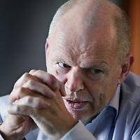 Nederland, Volendam , 17 september 2009..Willem Vermeend, Fiscale 'whizzkid', die na docent aan de Leidse universiteit te zijn geweest een actief Tweede Kamerlid voor de PvdA werd. Tijdens zijn lidmaatschap enkele jaren parttime hoogleraar belastingrecht in Groningen en Maastricht. Ontpopte zich als Kamerlid al als vindingrijk wetgever, onder meer via een fiscale regeling om langdurig werklozen aan werk te helpen. Als staatssecretaris in de kabinetten-Kok was hij met Zalm architect van de ingrijpende belastingherziening, die in 2001 als het belastingplan voor de 21e eeuw van kracht werd. Als minister van Sociale Zaken bracht hij een veelomvattende wijziging van de uitvoering van de werknemersverzekeringen tot stand. Hij is nu hoogleraar in Maastricht en adviseur bij Boer & Croon. Politicus die steeds 'alle cijfers' kende..Former minister and politician Willem Vermeend is one of the important reformers of the fiscal and social system of the Netherlands. He now works as an professor at the University of Maastricht and as an adviser of Boer & Croon.