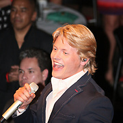 Thomas Berge zingt tijdens Finale Miss Overijssel 2012