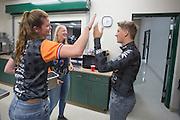 Het Human Power Team Delft en Amsterdam (HPT), dat bestaat uit studenten van de TU Delft en de VU Amsterdam, is in Amerika om te proberen het record snelfietsen te verbreken. In Battle Mountain (Nevada) wordt ieder jaar de World Human Powered Speed Challenge gehouden. Tijdens deze wedstrijd wordt geprobeerd zo hard mogelijk te fietsen op pure menskracht. Het huidige record staat sinds 2015 op naam van de Canadees Todd Reichert die 139,45 km/h reed. De deelnemers bestaan zowel uit teams van universiteiten als uit hobbyisten. Met de gestroomlijnde fietsen willen ze laten zien wat mogelijk is met menskracht. De speciale ligfietsen kunnen gezien worden als de Formule 1 van het fietsen. De kennis die wordt opgedaan wordt ook gebruikt om duurzaam vervoer verder te ontwikkelen.<br /> <br /> The Human Power Team Delft and Amsterdam, a team by students of the TU Delft and the VU Amsterdam, is in America to set a new world record speed cycling.In Battle Mountain (Nevada) each year the World Human Powered Speed ??Challenge is held. During this race they try to ride on pure manpower as hard as possible. Since 2015 the Canadian Todd Reichert is record holder with a speed of 136,45 km/h. The participants consist of both teams from universities and from hobbyists. With the sleek bikes they want to show what is possible with human power. The special recumbent bicycles can be seen as the Formula 1 of the bicycle. The knowledge gained is also used to develop sustainable transport.