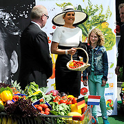 Koning en koningin bezoeken Nedersaksen. In het duitse Leer krijgt Koningin Maxima uitleg over de campagne Frische ist Leben<br /> <br /> King and Queen visit Niedersachsen. In the German town explain Queen Maxima the campaign Frische ist Leben<br /> <br /> op de foto / On the photo:  Queen Maxima and a young girl
