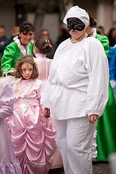 Sfilata di carnevale di Gallipoli (LE) 2011. Donna vestita da Pulcinella, anche le maschere più tradizionali trovano sempre posto nella sfilata..Women dressed as Pulcinella, even the most traditional masks are always placed in the parade.