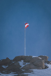 THEMENBILD - die Österreichische Fahne in den Bergen am Kitzsteinhorn Gletscherskigebiet, aufgenommen am 13. Februar 2021 in Kaprun, Österreich // the Austrian flag in the mountains at the Kitzsteinhorn glacier ski resort in Kaprun, Austria on 2021/02/13. EXPA Pictures © 2021, PhotoCredit: EXPA/ JFK