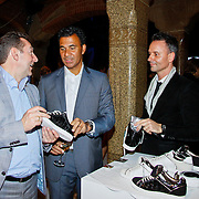 NLD/Amsterdam/20101115 - Life after Football lifestyle Fair 2010, Ruud Gullit en Eric Kuster bekijken sneakers