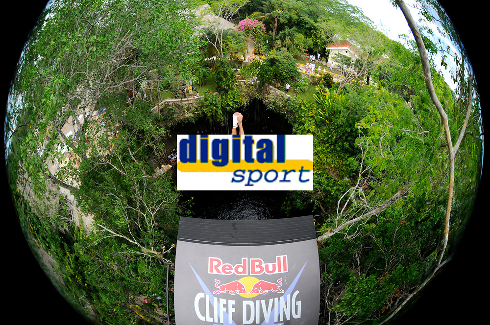 DIVING - RED BULL CLIFF DIVING 2010 - CENOTE IKIL/YUCATAN (MEX) - 06/06/2010 - PHOTO : VINCENT CURUTCHET / DPPI<br /> ORLANDO DUQUE (COL)