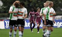 Fotball<br /> Adeccoligaen<br /> Hønefoss v Sogndal 4-0<br /> 24.09.2006<br /> Foto: Morten Olsen, Digitalsport<br /> <br /> Sogndal nede for telling. Henrik Furebotn og Constant Djarka fortviler