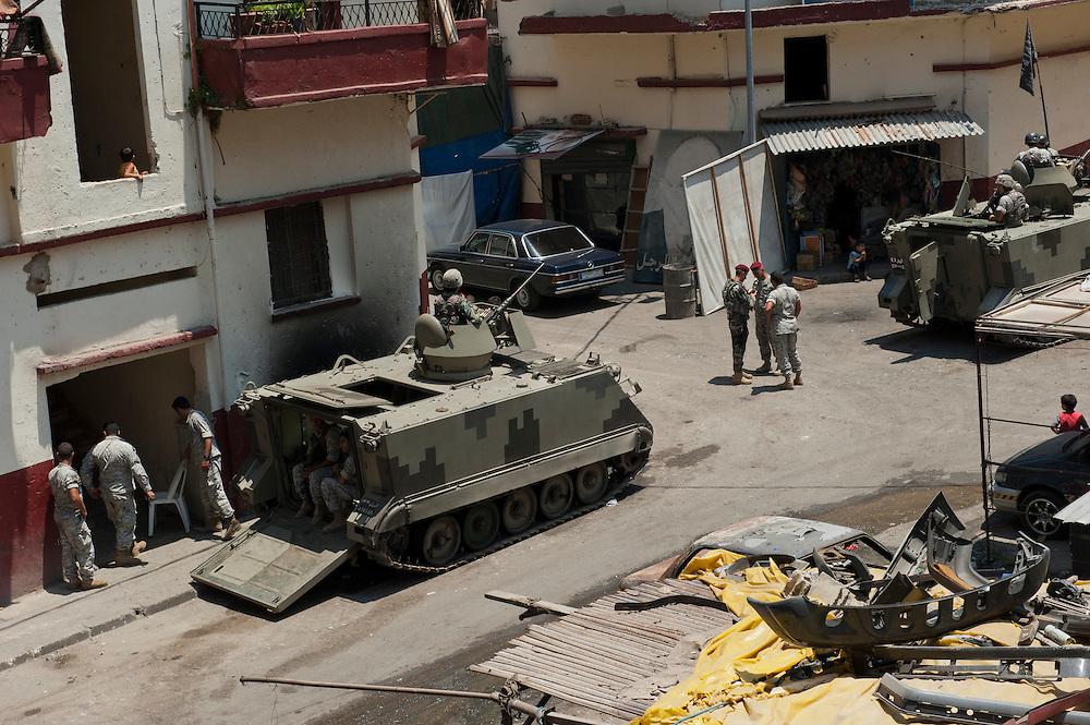 Presence of Lebanese army tanks on the Syria Street between the Sunni and Alawite communities. Tripoli, Lebanon...Présence des blindés de l'armée Libanaise dans la rue de Syrie séparant les 2 communautés sunnite et alaouite.