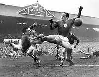 Fotball<br /> Liverpool<br /> Foto: Colorsport/Digitalsport<br /> NORWAY ONLY<br /> <br /> GORDON BANKS (LEICESTER CITY) PUNCHES CLEAR FROM THE FOOT OF IAN ST.JOHN, AS LIVERPOOL PRESS FORWARD FOR AN EQUALISER. FA CUP SEMI FINAL, LEICESTER CITY V LIVERPOOL 27/4/63, @ HILLSBROUGH
