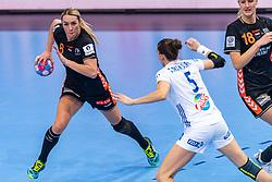 14-12-2018 FRA: Women European Handball Championships France - Netherlands, Paris<br /> Second semi final France - Netherlands / Lois Abbingh #8 of Netherlands