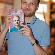"NL/Amsterdam/20200820 - Arjen Lubach signeersessie, Arjen Lubach met zijn nieuwe boek ""stoorzender"""