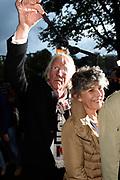 Viering van de tachtigste verjaardag van cabaretier Paul van Vliet in  Theater Carré, Amsterdam. Tijdens de eenmalige voorstelling Vandaag of morgen ter ere van zijn tachtigste verjaardag treedt Van Vliet op samen met collega-cabaretiers Youp van 't  Hek, Herman van Veen, Bert Visscher en Jochem Myjer.<br /> <br /> Op de foto:  Freek en Hella de Jonge
