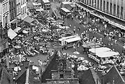 Nederland, The Netherlands, Nijmegen 16-7-198516e zomerfeesten . Onlosmakelijk met de vierdaagse, 4daagse, zijn in Nijmegen de vierdaagse feesten, de zomerfeesten. Opgezet door het acb, actief comite binnenstad, in 1969 voor de eerste keer . In de jaren tachtig concentreerde de feesten zich rond een paar pleinen in de binnenstad . De vierdaagsefeesten zijn anno 2018 het grootste evenement van Nederland en verbonden met de wandelvierdaagse. Ze beginnen al op zaterdag, de wandelaars starten op dinsdag .Foto: Flip Franssen
