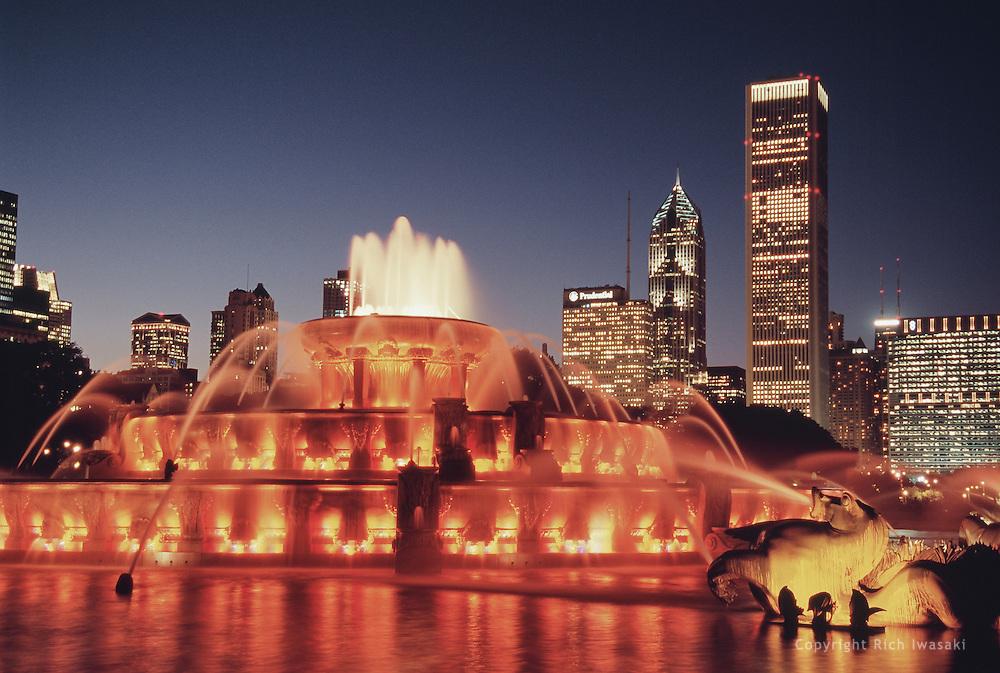Buckingham Fountain and city skyline at dusk, Chicago, Illinois