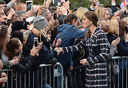Prinz_William und Herzogin Kate verlassen das National Football Museum in Manchester / 141016 *** Duke and Duchess of Cambridge leave at The National Football Museum in Manchester 14th October 2016 ***
