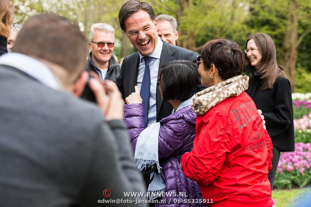 NLD/Lisse/20190417 - Minister Rutte doopt tulp inde Keukenhof Minister Rutte gaat op de foto met een tourist in de Keukenhof