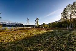 THEMENBILD - Der Kitzbüheler Schwarzsee bei Sonnenaufgang mit dem Bergpanorama des Wilden Kaisers, aufgenommen am 17. Mai 2017, Kitzbühel, Österreich // The Kitzbüheler Schwarzsee at sunrise with the mountain panorama of the Wilden Kaiser at Kitzbühel, Austria on 2017/05/17. EXPA Pictures © 2017, PhotoCredit: EXPA/ Stefan Adelsberger