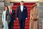 Officieel bezoek Jordanie aan Nederland - Dag 1<br /> <br /> Koning Abdullah II en koningin Rania worden tijdens de welkomstceremonie vergezeld door koning Willem-Alexander en koningin Maxima op Paleis Noordeinde.<br /> <br /> Official visit Jordan to the Netherlands - Day 1<br /> <br /> King Abdullah II and Queen Rania are accompanied during the welcome ceremony by King Willem-Alexander and Queen Maxima at Noordeinde Palace.<br /> <br /> Op de foto / On the photo: Koning Abdullah II en koningin Rania met koning Willem-Alexander en koningin Maxima   ///   King Abdullah II and Queen Rania with King Willem-Alexander and Queen Maxima