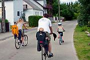 Kal, 2009-08-13.  Turyści na wyciecze rowerowej. Kal, mazurska wioska nad jeziorem Święcajty.