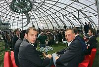 Fotball<br /> Østerrike<br /> Foto: Gepa/Digitalsport<br /> NORWAY ONLY<br /> <br /> 13.06.2005<br /> <br /> T-Mobile Bundesliga, Praesentation von Red Bull Salzburg im Hangar 7. Bild zeigt Vratislav Lokvenc und Alexander Manninger (Salzburg) mit den Fans und den Medienvertretern