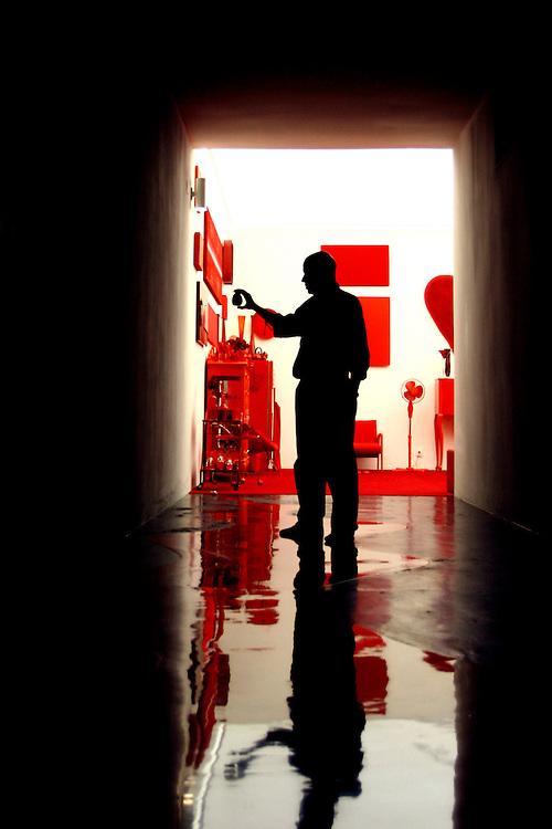Brumadinho_MG, Brasil...Artista plastico Cildo Meireles na sala vermelha no Centro de Arte Contemporanea Inhotim (CACI)...The artist Cildo Meireles in the red room in Inhotim Contemporary Art Center (CACI)...FOTO: BRUNO MAGALHAES / NITRO.