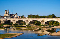 France, Region Centre-Val de Loire, Loiret (45), Orléans, la Loire, le pont Georges V et la Cathedrale Sainte Croix // France, Loiret, Orleans, the Loire, Georges 5 bridge and Sainte-Croix cathedral