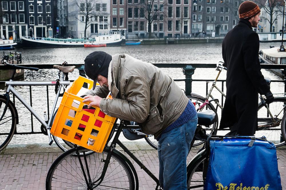 Nederland,  Amsterdam, 29 jan 2014<br /> Oude man met fiets, ziet er uit als zwerver<br />  Foto: Michiel Wijnbergh