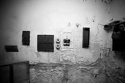 In questa piccola stanzetta angusta avveniva il rituale della proiezione del film. Attraverso il foro centrale sul muro il fascio luminoso proiettava la pellicola sullo schermo nella sala. La foto è stata scattata nel vecchio cinema di Lizzano (Ta).