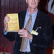 NLD/Amsterdam/20140220 - Boekpresentatie Fout Geld in De Nederlandse Bank, Roel Janssen met zijn boek Fout Goud