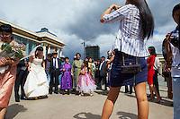 Mongolie, Oulan Bator, Place Sukhbaatar, palais du gouvernement et statue de Gengis Khan, photo de mariage. // Mongolia, Ulan Bator, Sukhbaatar square, Government palace, Gengis Khan statue, wedding picture.
