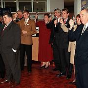 Nieuwjaarsreceptie 1999 Rabobank Huizen, mensen toasten met champagne