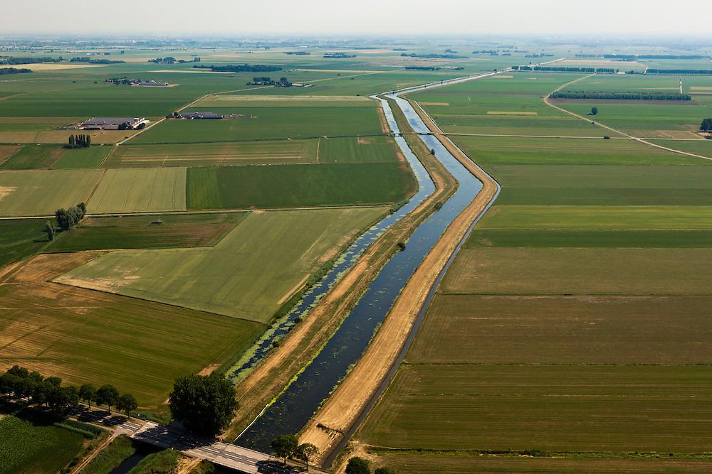 Nederland, Noord Brabant, Gemeente Lith, 08-07-2010. Hertogswetering ten noordoosten van Den Bosch (ook: Roode Wetering), belangrijk voor het draineren van het oude overstroomgebied van de Maas. Tot in de jaren '40 van de vorige eeuw liep in dit gebied de traverse van de Beerse Maas (Beersche Maas) ook wel genaamd Beerse Overlaat..Hertogswetering northeast of Den Bosch (also Roode Wetering), important for the draining of the old basin of the Meuse. Until the 40s of the last century this area belonged to the traverse of the Beerse Maas or Beers Spillway..luchtfoto (toeslag), aerial photo (additional fee required).foto/photo Siebe Swart