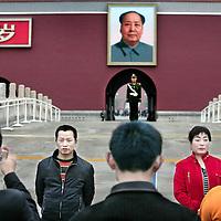 China,Beijing ,12 maart 2008..Chinese toeristen fotograferen elkaar voor het portret van voormalige Communistische leider Mao Zedong bij de ingang aan de voorzijde van De Verboden Stad.