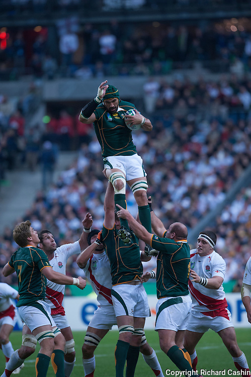 Victor Matfield takes a clean lineout catch during the 2007 RWC Final in Paris