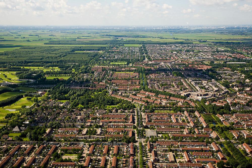 Nederland, Noord-Holland, Purmerend, 14-07-2008; de wijken Purmer Noord (voorgrond) en Purmer Zuid (tweede plan), uitbreiding van Purmerend in polder de Purmer; links het aangelegde (!) bos, Purmerbos, met golfterrein; achter de verstedelijkte polder het nog ongerepte groengebied / Polder de De Wijde Wormer, Zaanstad aan de verre horizon;.degradation of landscape, the original polder has been partly build on, visual pollution. ;. ;..luchtfoto (toeslag); aerial photo (additional fee required); .foto Siebe Swart / photo Siebe Swart
