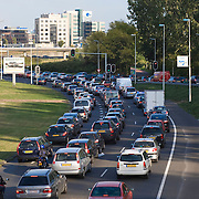 Nederland Rotterdam 22-09-2009 20090922 ..File tijdens avondspits, lange rijen auto's op de Abraham van Rijckevorselweg, een provinciale weg richting ring Oost Rotterdam. .Automobilsten ritsen, , vaststaan, veel, , verbrandingsgassen, verkeer, verkeer situatie, verkeeropstopping, verkeersader, verkeersbanen, verkeersdoorstroming, verkeersdruk, verkeersdrukte, verkeersinzicht, verkeersopstopping, verkeerssituatie, verkeersweg, verkeerswegen, verlichten, verlichting, verontreiniging, verplaatsen, verstopping, verstopt, vertraging, vervoer, vervuilde, vervuilend, vervuilende, vervuiling, volksgezondheid, voor het stoplicht staan, voor sorteren, voorsorteren, wachten, wachten op het verkeerslicht, wagen, wagens, waiting, weg, wegen, woon werk verkeer                                              .                          .Foto: David Rozing