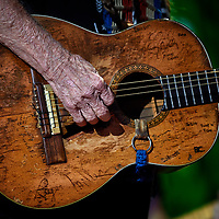 HANOVER TOWNSHIP, PA - SEPTEMBER 16:  Music legend Willie Nelson plays his Martin N-20 nylon-string classical acoustic guitar named Trigger during a concert at Farm Aid 2017 on September 16, 2017 at Keybank Pavilion in Hanover Township, PA. (Photo by Shelley Lipton/Icon Sportswire)
