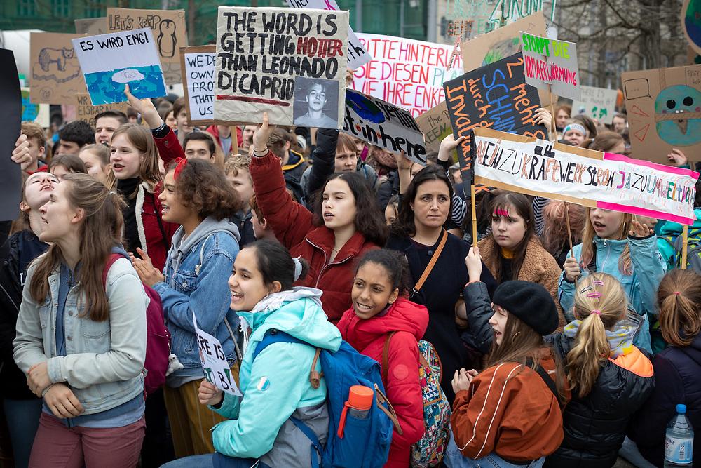 Fridays For Future: Mehrere hundert SchülerInnen und Studierende beteiligen sich in Berlin am Schulstreik für mehr Klimaschutz. Die Demonstranten fordern, die Ziele des Pariser Klimaabkommens einzuhalten und die Erderwärmung auf 1,5 Grad zu begrenzen. Vorbild für die Streikenden ist die schwedische Schülerin G r e t a  T h u n b e r g, die bereits seit Monaten jeden Freitag vor dem schwedischen Parlament für Klimaschutz protestiert.<br /> <br /> [© Christian Mang - Veroeffentlichung nur gg. Honorar (zzgl. MwSt.), Urhebervermerk und Beleg. Nur für redaktionelle Nutzung - Publication only with licence fee payment, copyright notice and voucher copy. For editorial use only - No model release. No property release. Kontakt: mail@christianmang.com.]