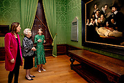 Prinses Beatrix opent Rembrandtjaar in het Mauritshuis en wordt rondgeleid over de tentoonstelling Rembrandt en het Mauritshuis. <br /> <br /> Princess Beatrix opens Rembrandt Year at the Mauritshuis and is shown around the Rembrandt exhibition and the Mauritshuis.<br /> <br /> Op de foto / On the photo:  Prinses Beatrix wordt rondgeleid door conservator Charlotte Rulkens en directeur Emilie Gordenker van het Mauritshuis.<br /> <br /> Princess Beatrix is shown around by curator Charlotte Rulkens and director Emilie Gordenker of the Mauritshuis.