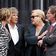NLD/Bilthoven/20120618 - Uitvaart Will Hoebee, Martin Gaus en partner Helly in gesprek met Viola en Peter Holt