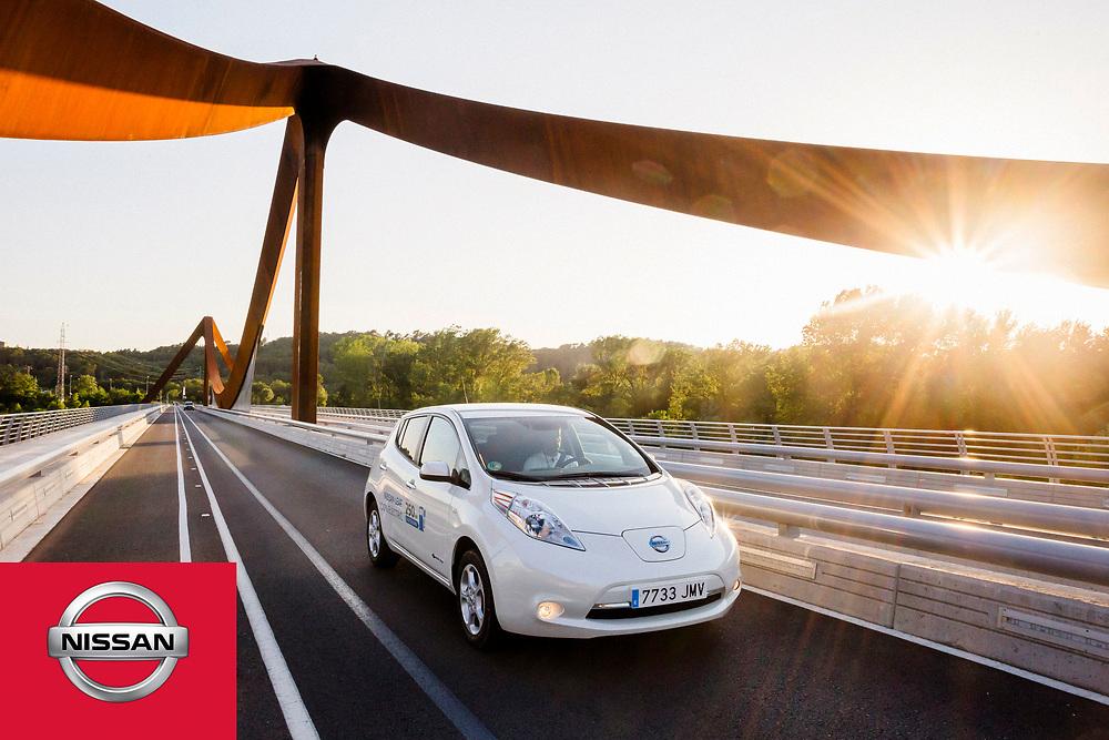 La marca de automoción nipona Nissan electrifica Girona en el arranque del nuevo Zero Emission Tour 2016.